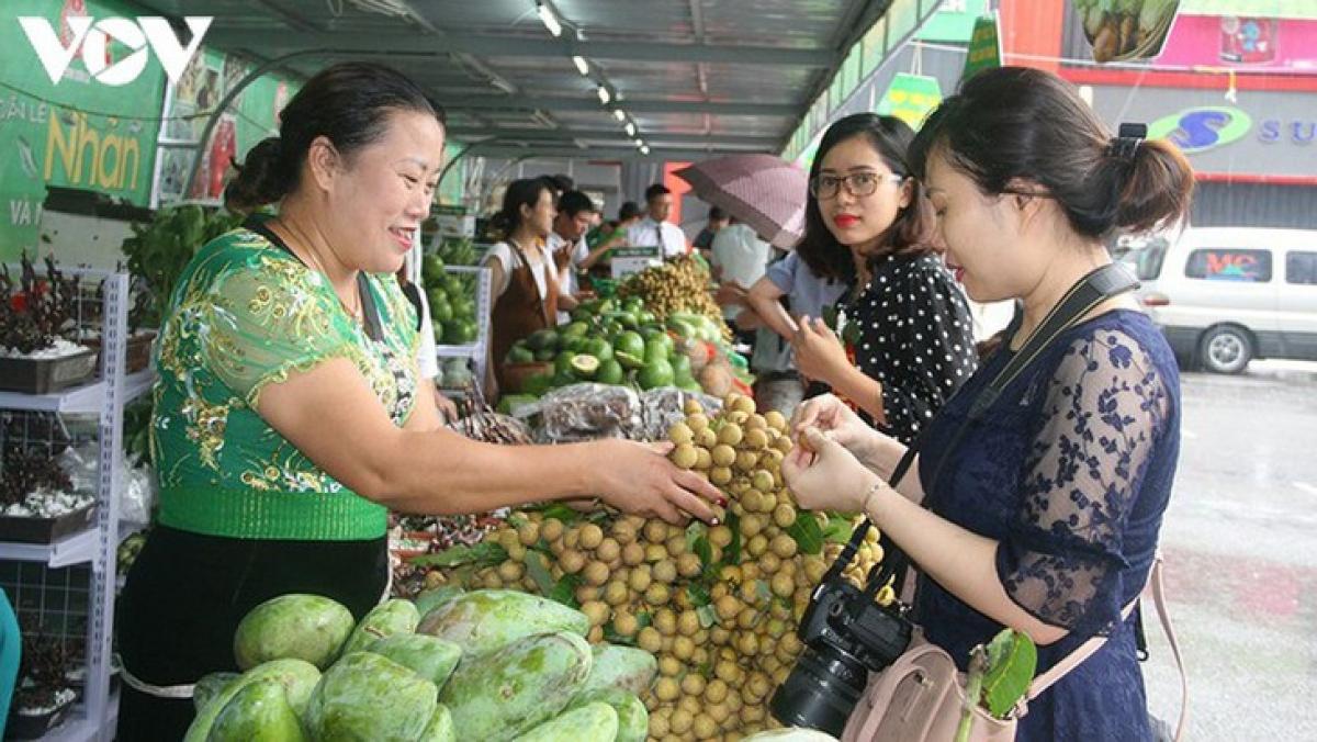 Để tiêu thụ nông sản được thuận lợi tại thị trường trong nước và quốc tế, đòi hỏi Sơn La cần đổi mới cách thức tiêu thụ, trong đó thương mại điện tử là một giải pháp hữu hiệu.
