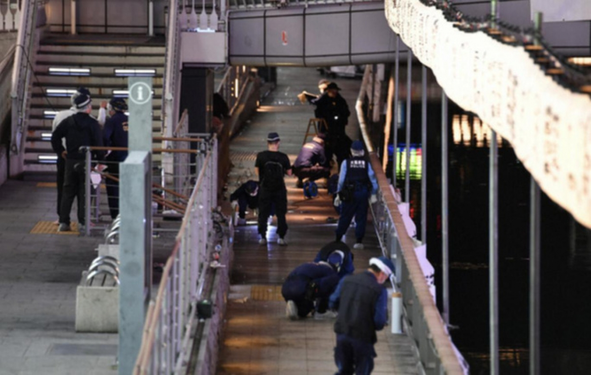 Cảnh sát đang truy tìm tung tích của thủ phạm bỏ trốn khỏi hiện trường. Ảnh: Asahi