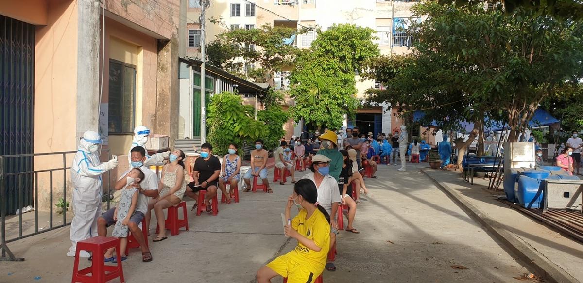 Ngành y tế quận Sơn Trà tập trung lấy mẫu cho toàn bộ nhân khẩu phường Nại Hiên Đông- điểm nóng về dịch Covid-19