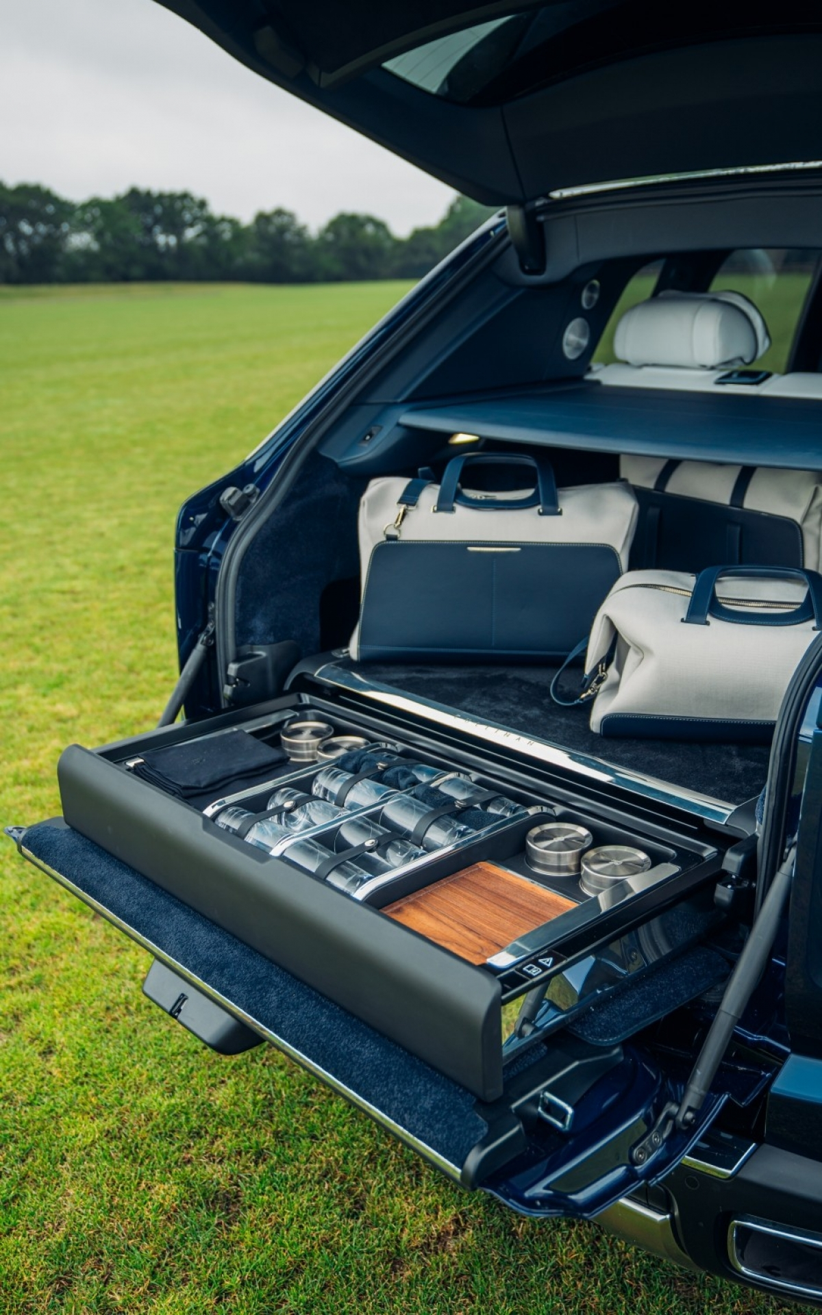 Rolls-Royce Cullinan có thêm gói nâng cấpViewing Suite ở cốp sau.