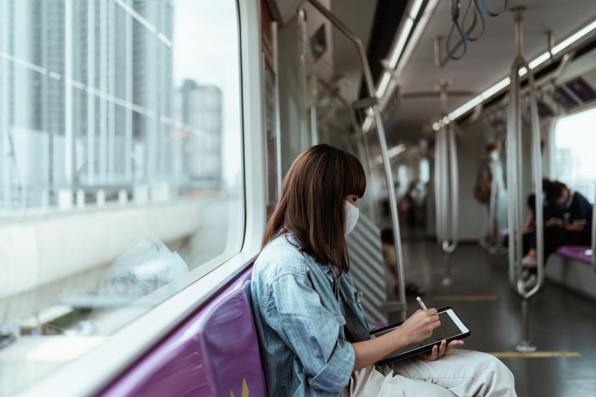 Đi xe buýt haytàu điệnlà cách tuyệt vời để tận hưởng bầu không khí cuộc sống thường ngàycủa mộtthành phố.Nguồn: Pexels
