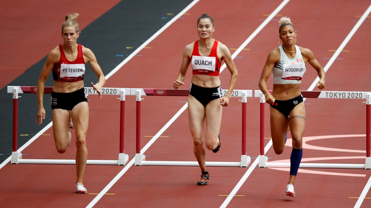 Asian defending champions Quach Thi Lan (in the middle) is the only Vietnamese athlete qualifying for the semi-finals in the women's 400m hurdles in Tokyo.