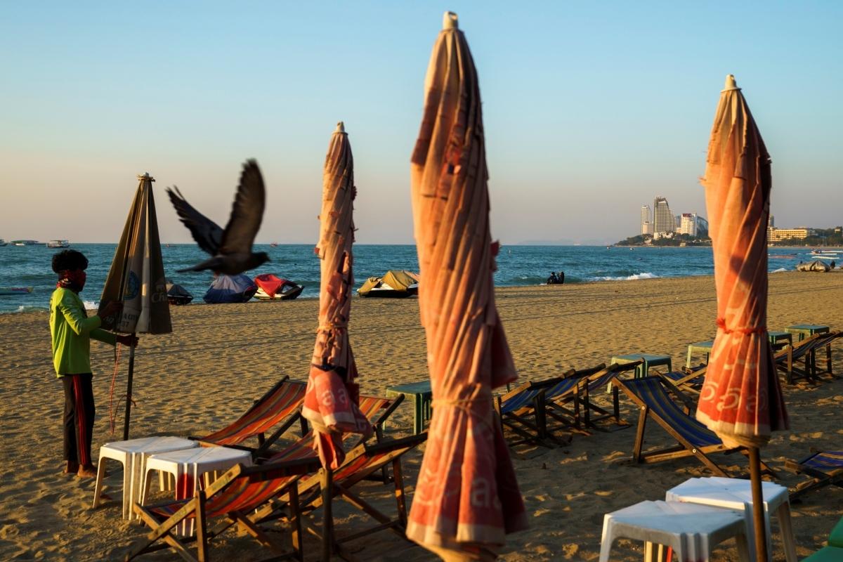 Bãi biển Pattaya (Thái Lan) vắng bóng du khách vì Covid-19. Nguồn: Reuters.