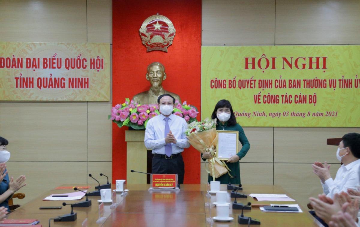 Tân Phó Trưởng đoàn ĐBQH chuyên trách tỉnh Quảng Ninh Nguyễn Thị Thu Hà nhận quyết định từ Bí thư Tỉnh ủy Quảng Ninh Nguyễn Xuân Ký.