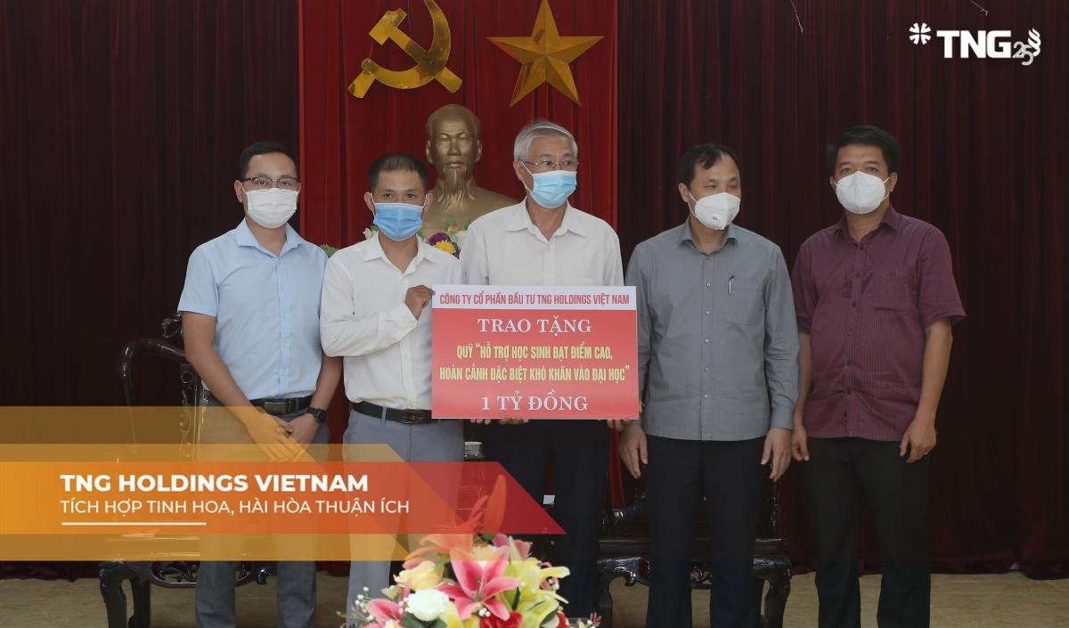 """Đại diện Tập đoàn TNG Holdings Vietnam trao tặng 1 tỷ đồng vào Quỹ """"Hỗ trợ học sinh đạt điểm cao, hoàn cảnh đặc biệt khó khăn vào học đại học"""" của tỉnh Hà Tĩnh."""