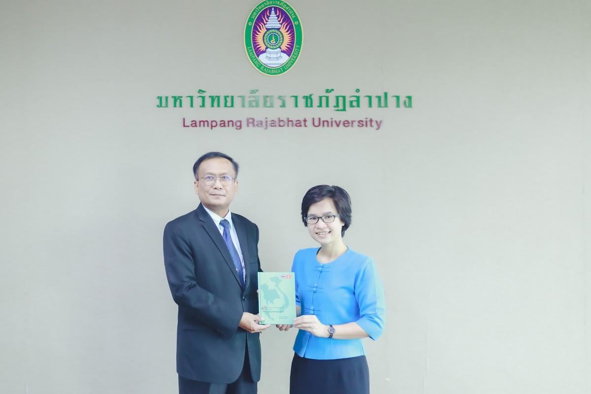 PGS. TS Trương Thị Hằng tặng sách cho PGS.TS. Kittisak Samuttharak, Hiệu trưởng Đại học Rajabhat Lampang