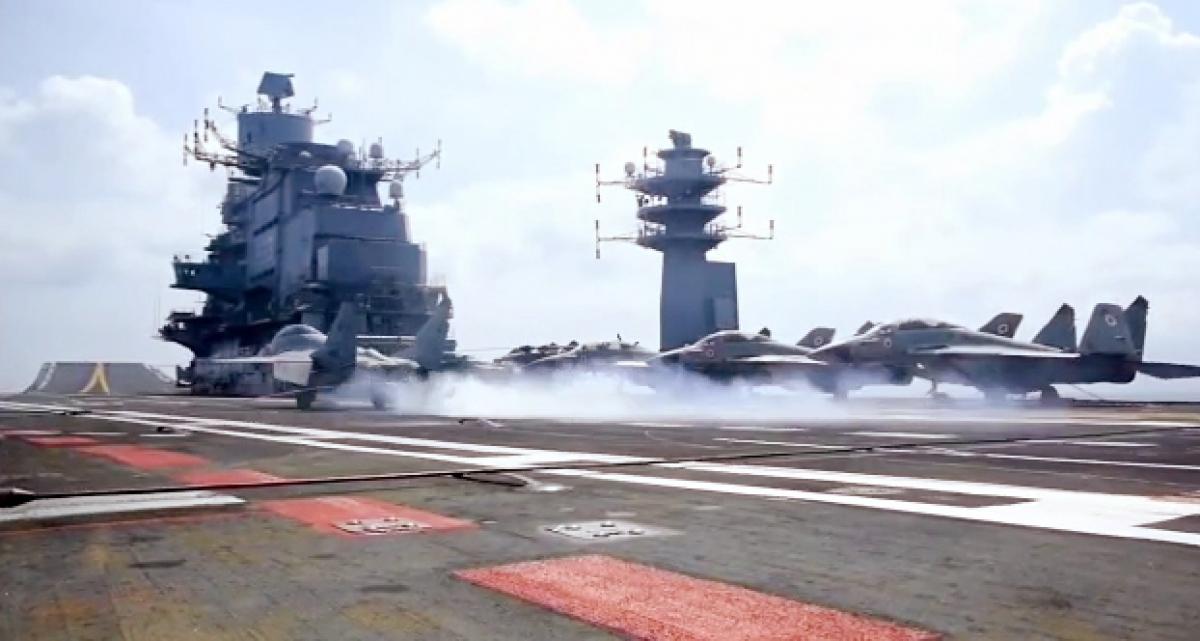 Một chiếc máy bay xuất kích từ tàu sân bay INSINS Vikramaditya trong khuôn khổ cuộc tập trận Malabar ở vùng biển Arab năm 2020. Ảnh: ANI.