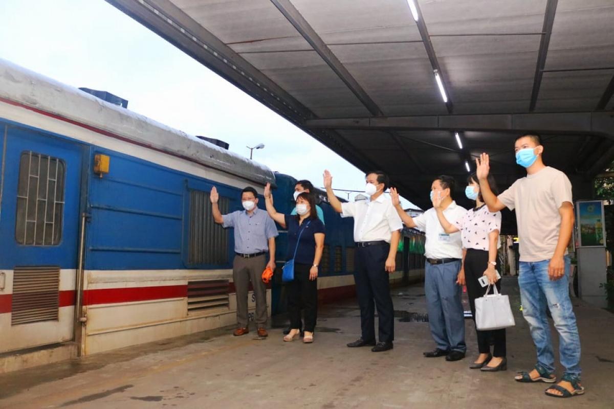 Tàu chở hàng trăm thiết bị y tế từ Hà Nội vào TP.HCM chống dịch.