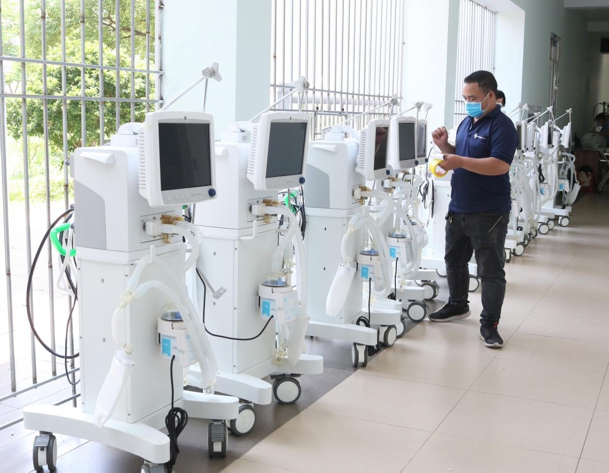 Ông Đào Xuân Cơ, Phó Giám đốc Bệnh viện Bạch Mai cho biết, những thiết bị này đủ sử dụng cho 100 giường hồi sức.