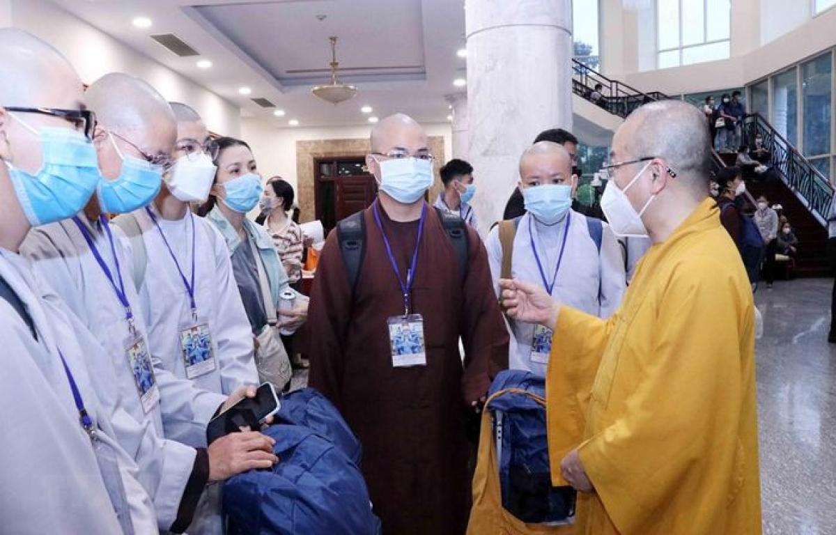 Thượng tọa Thích Nhật Từ, Phó Viện trưởng Thường trực Học viện Phật học Việt Nam tại TP.HCM dặn dò các tình nguyện viên Phật giáo trước lúc lên đường. (Ảnh: Xuân Khu/TTXVN)