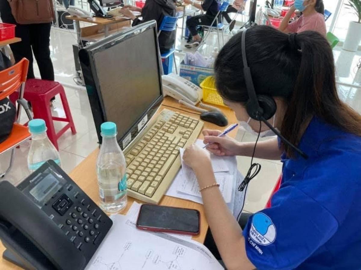Nhân viên tổng đài 115 liên tục tiếp nhận xử lý các cuộc gọi cần hỗ trợ y tế (Ảnh: Khôi Nguyễn)