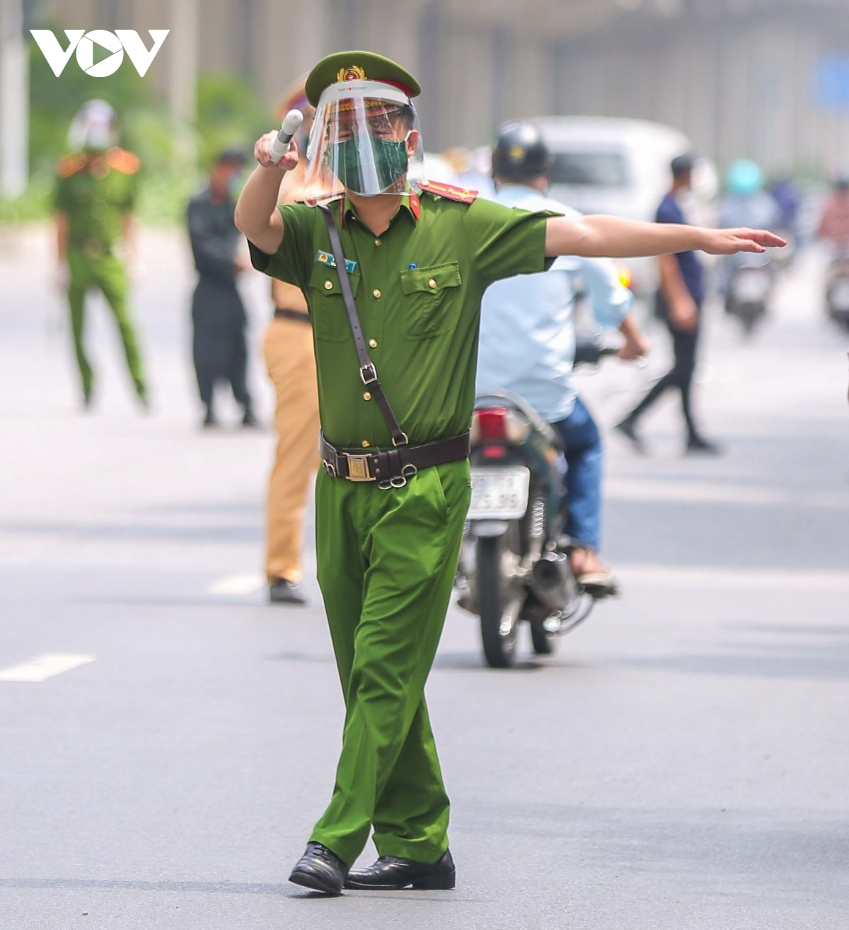 Along with the 12 special working groups, Hanoi authorities also request police forces in every district tighten COVID-19 prevention measures in residential areas.