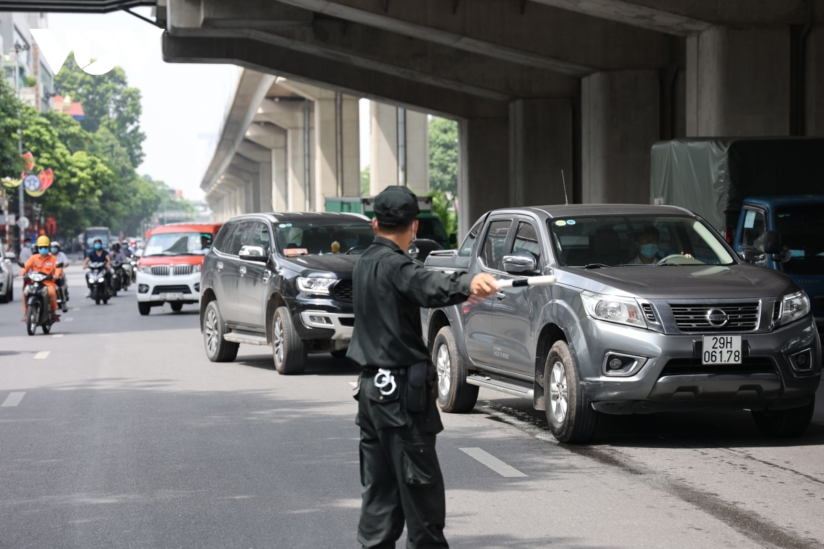 A special working group on duty at a checkpoint on Tran Phu street in Ha Dong district