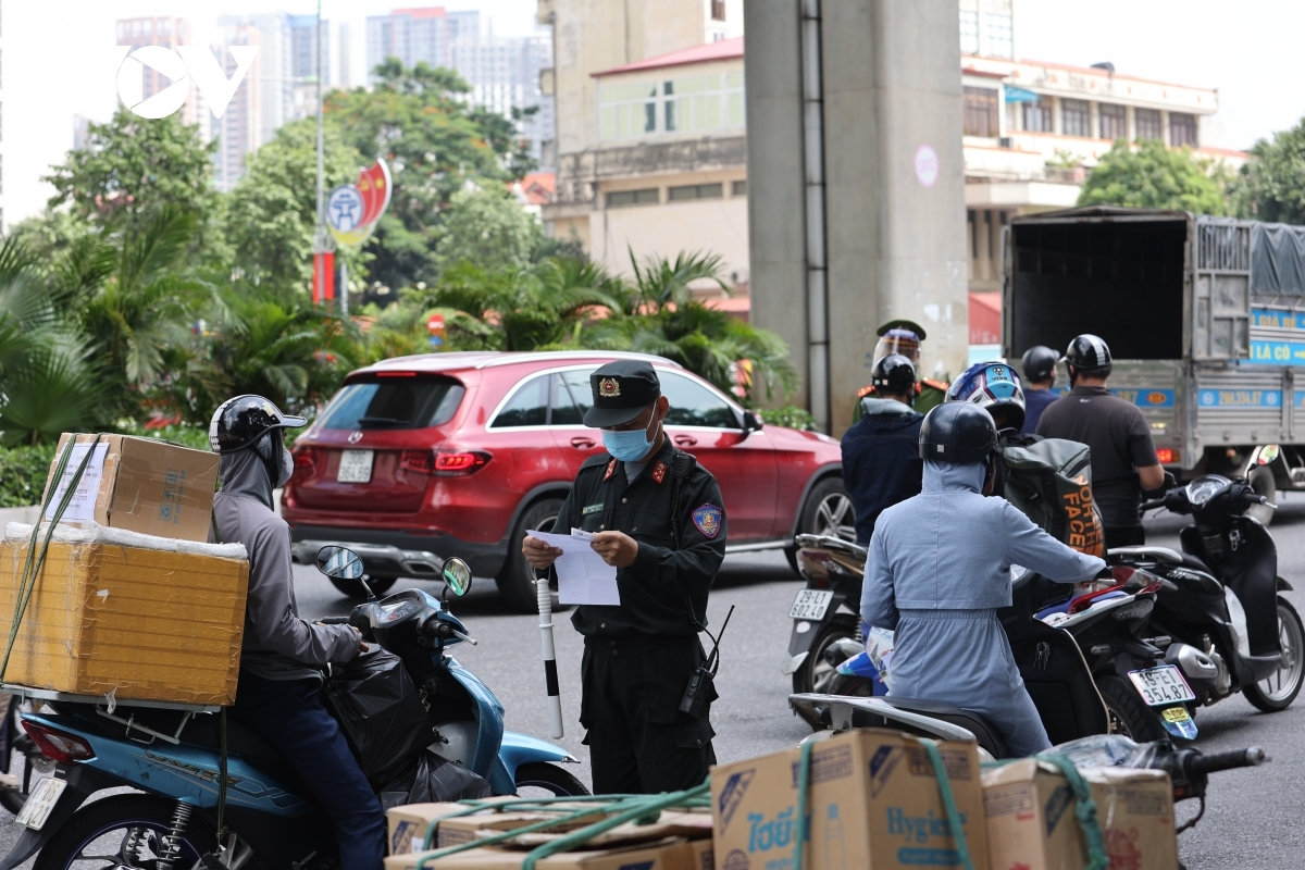 Six drivers are found violating COVID-19 prevention and control measures due to having invalid travel permits whilst two others violate traffic safety laws such as wearing no helmet and having no driving license.