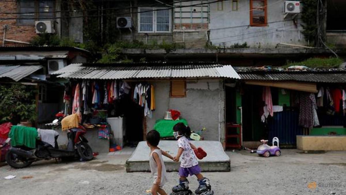 Hai đứa trẻ đang chơi với nhau tại một khu dân cư ở Jakarta, tháng 4/2020. Ảnh: Reuters