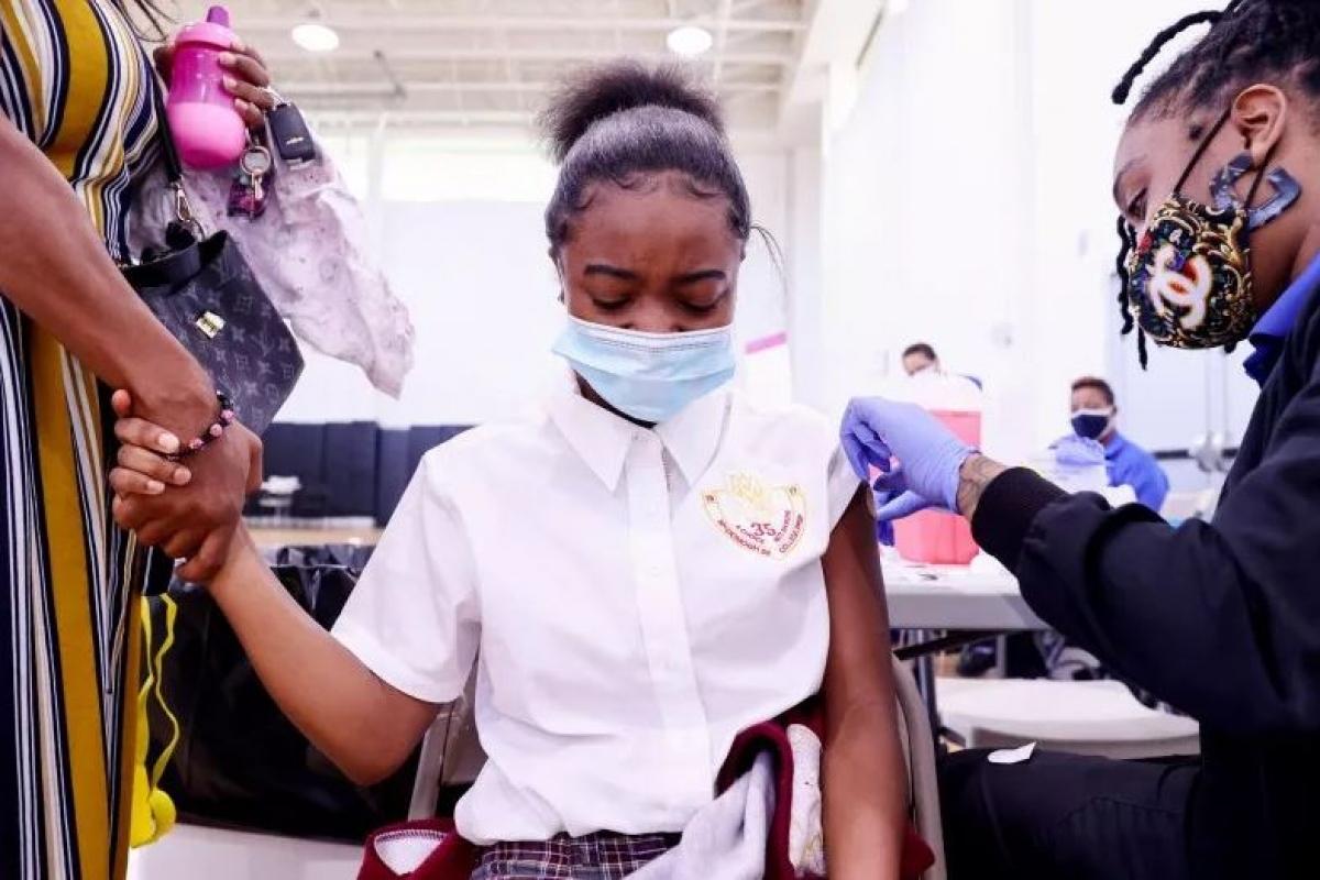 Một cô bé được tiêm vaccine ở New Orleans, Mỹ ngày 12/8. Ảnh: Newsweek