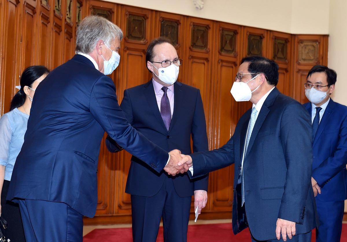 Thủ tướng Phạm Minh Chính tiếp Đại sứ Nga Bezdetko (giữa) và ông Mikhelson, Chủ tịch Hội đồng Quản trị Tập đoàn NOVATEK - Ảnh: VGP/Nhật Bắc
