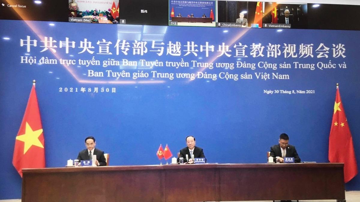 Trưởng Ban Tuyên truyền Trung ương Đảng Cộng sản Trung Quốc Hoàng Khôn Minh (giữa) dự hội đàm trực tuyến.
