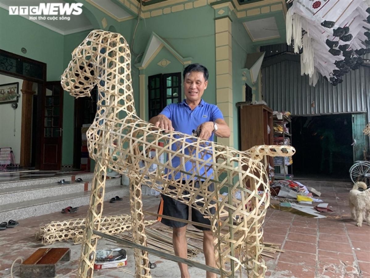 Tại nhà ông Phùng Thanh Hùng (66 tuổi), ông Hùng đang chau chuốt lại bộ khung của một con ngựa trước khi phủ giấy để hoàn thiện sản phẩm.