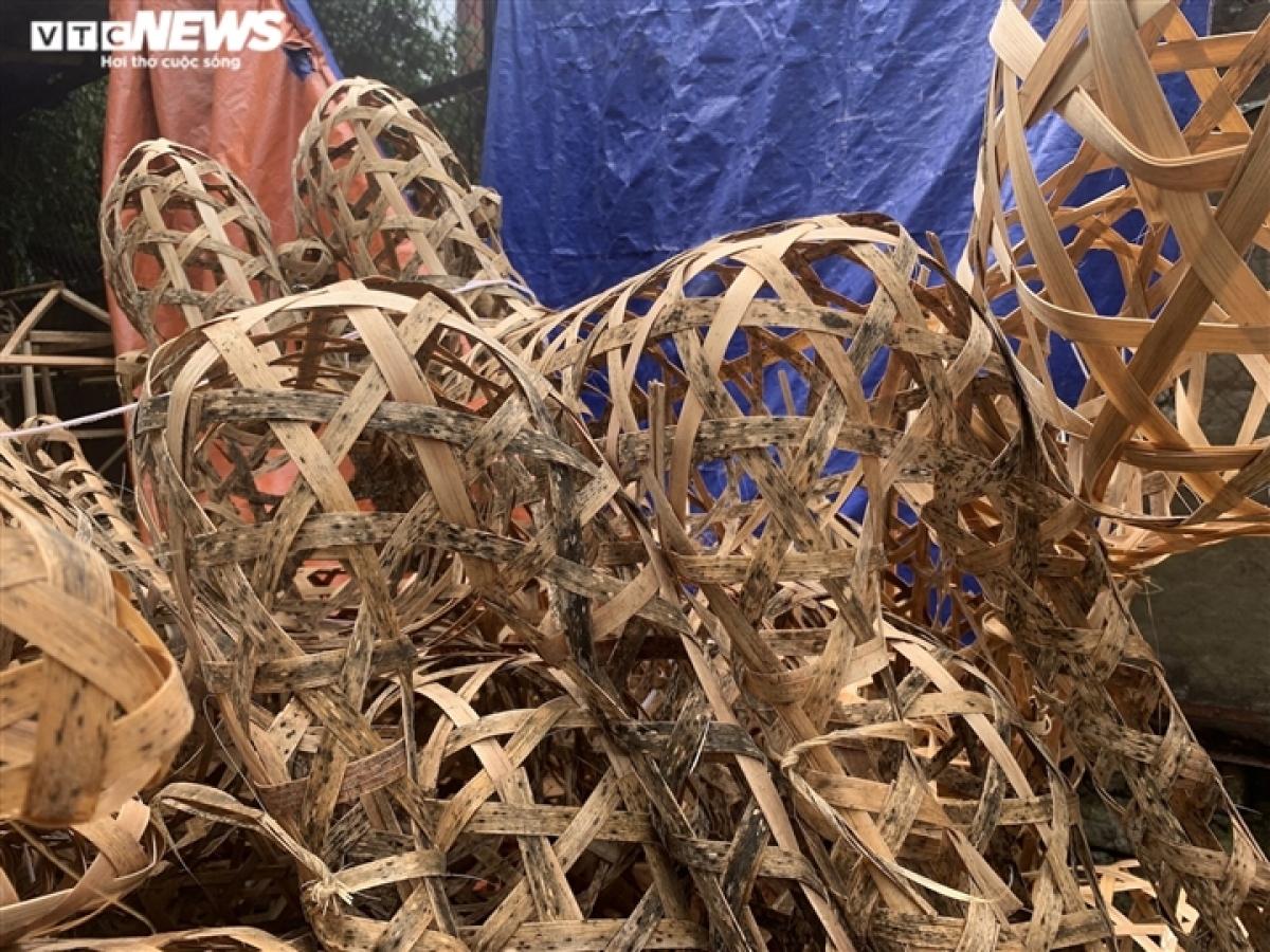Rêu mốc phủ lên những bộ khung đan bằng nan tre.