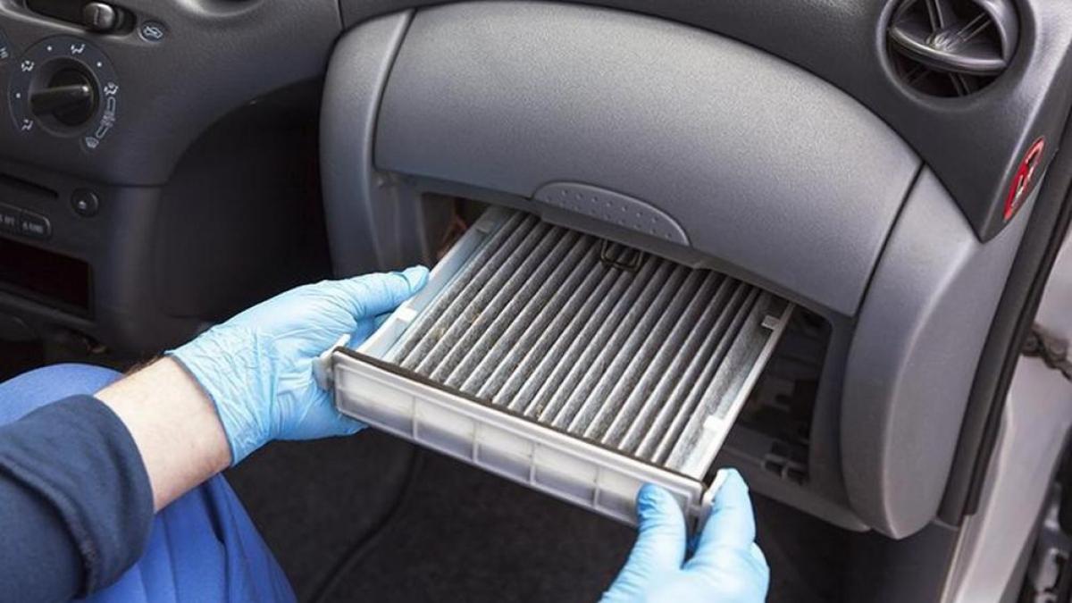 Bạn có thể tự vệ sinh lọc gió điều hòa ô tô ngay tại nhà.
