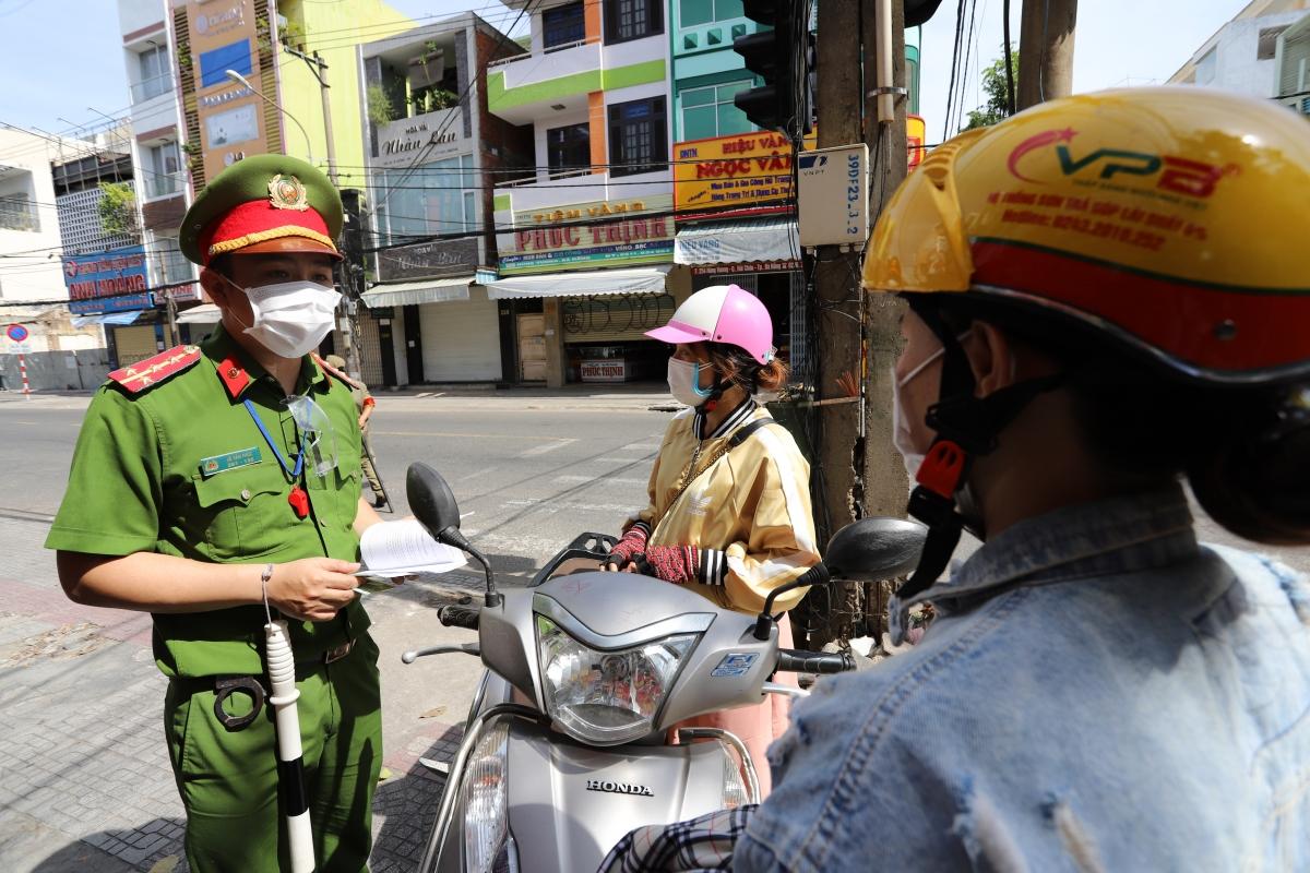 Lực lượng chức năng tuyên truyền giải thích để người dân chấp hành nghiêm qui định giãn cách.