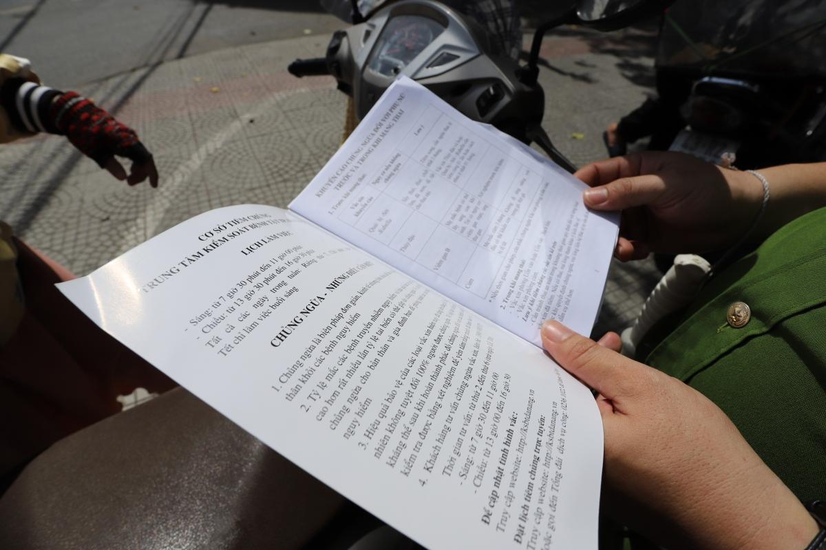 Nhiều người mang theo giấy tờ liên quan khi đi ra đường.