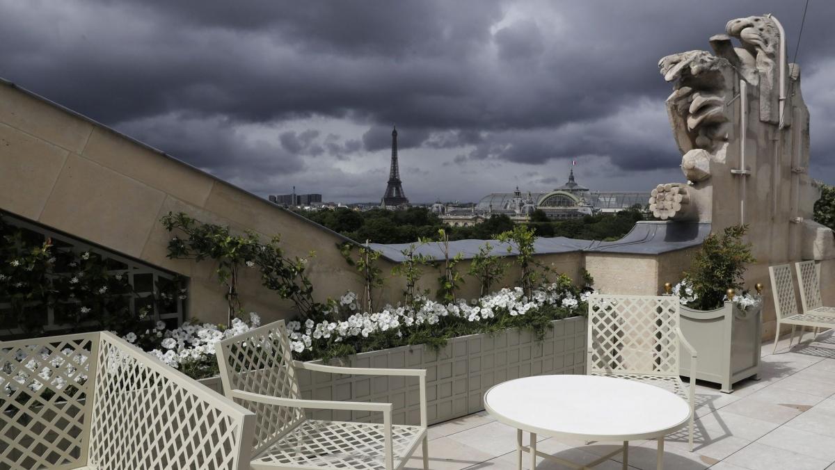 Tháp Eiffel nhìn từ khách sạn Crillon tại Paris. Nguồn: AFP/Patrick Kovarik