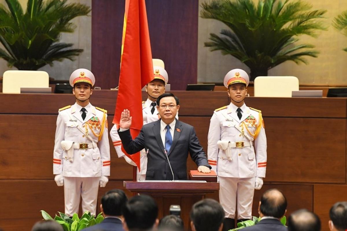 Chủ tịch Quốc hội Vương Đình Huệ tuyên thệ.