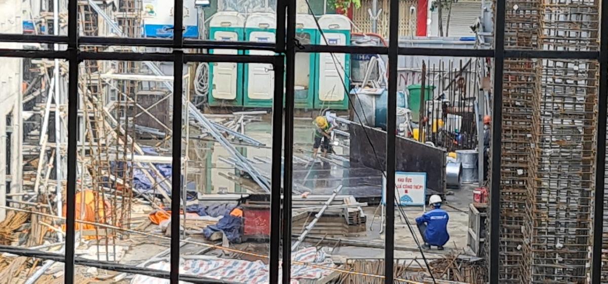 Tuy nhiên, theo phản ánh của người dân, vào thời điểm trên, công trìnhdự án tòa nhà hỗn hợp số 2 Phạm Ngọc Thạch (phường Kim Liên, quận Đống Đa, TP. Hà Nội) doTổng công ty rau quả nông sản – Công ty Cổ phần làm chủ đầu tư vẫn thi công.