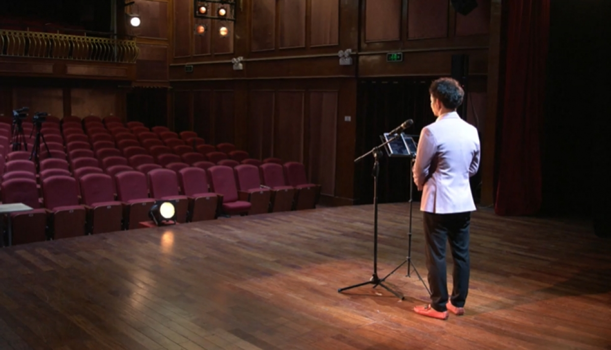 NSƯT Xuân Bắc dẫn chương trình trên sân khấu không khán giả.