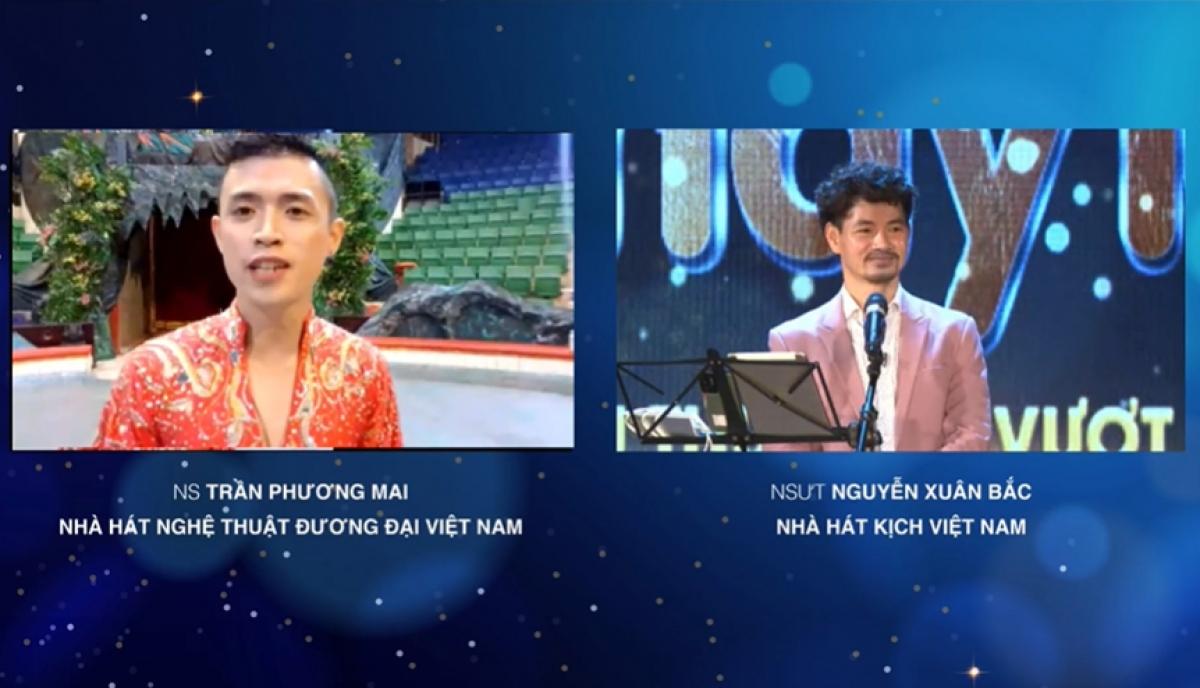 Nghệ sĩ Việt Cường - Liên đoàn Xiếc Việt Nam biểu diễn tiết mục thăng bằng trên thang.