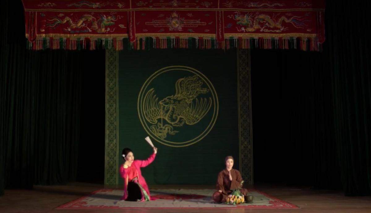 """Các nghệ sĩ của Nhà hát Chèo Việt Nam mang đến trích đoạn """"Thị Mầu lên chùa"""" (Lệ Thu - Trang Nhung)."""