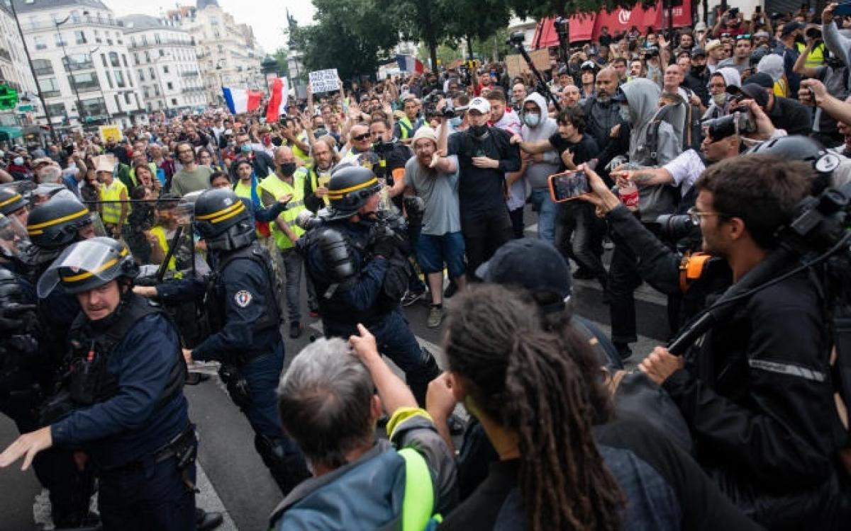 Xô xát giữa cảnh sát và người biểu tình ởi Pháp liên quan giấy thông hành y tế.