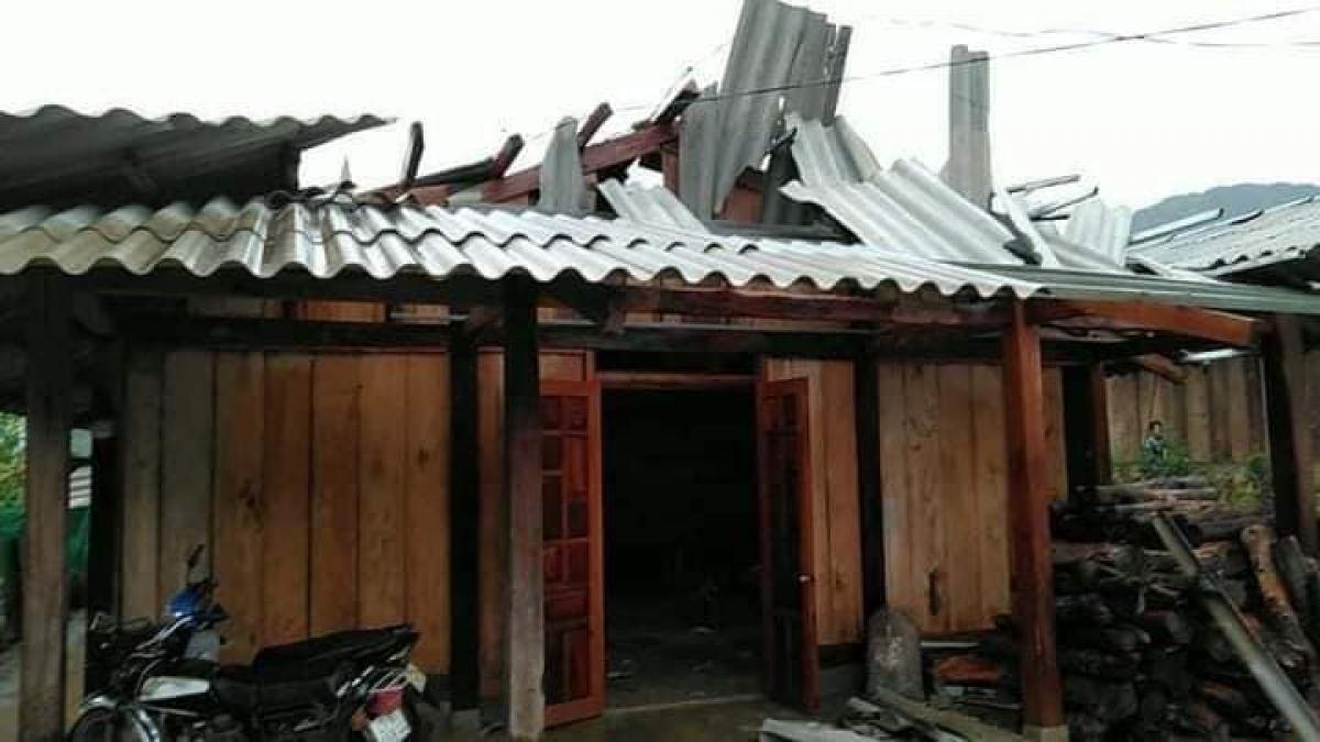 Nhà dân bị tốc máitại huyện Văn Chấn.