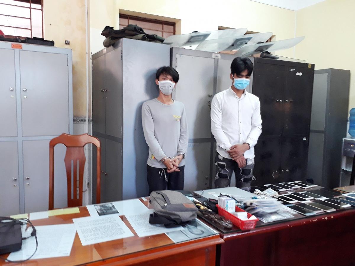 Đối tượng Nguyễn Thanh Hùng và Lê Hoàng Phúc cùng tang vật.