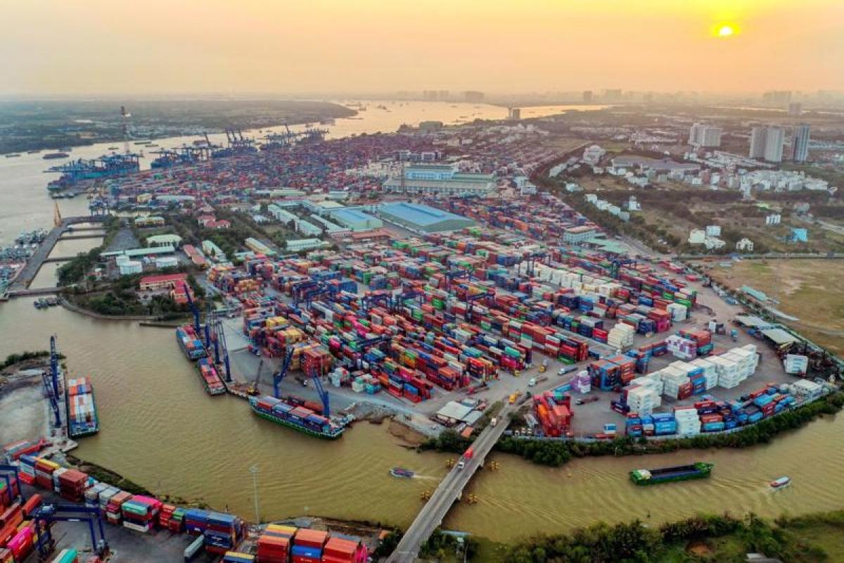 Hàng loạt nhà máy, xí nghiệp phải thu hẹp hoặc dừng sản xuất do giãn cách khiến lượng hàng nhập tồn ở cảng Cát Lái gia tăng (Ảnh minh họa: Vneconomy)