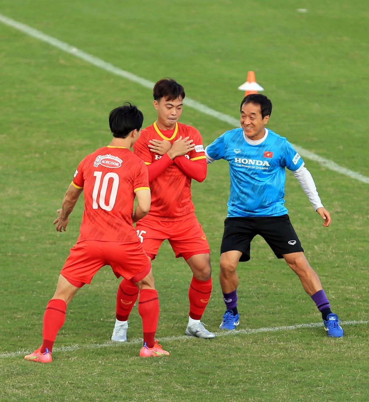 Sự góp mặt của Thanh Thịnh giúp nhân sự ở vị trí hậu vệ biên của ĐT Việt Nam dày dặn hơn sau khi Trọng Hoàng đã phải nghỉ tập vì chấn thương.