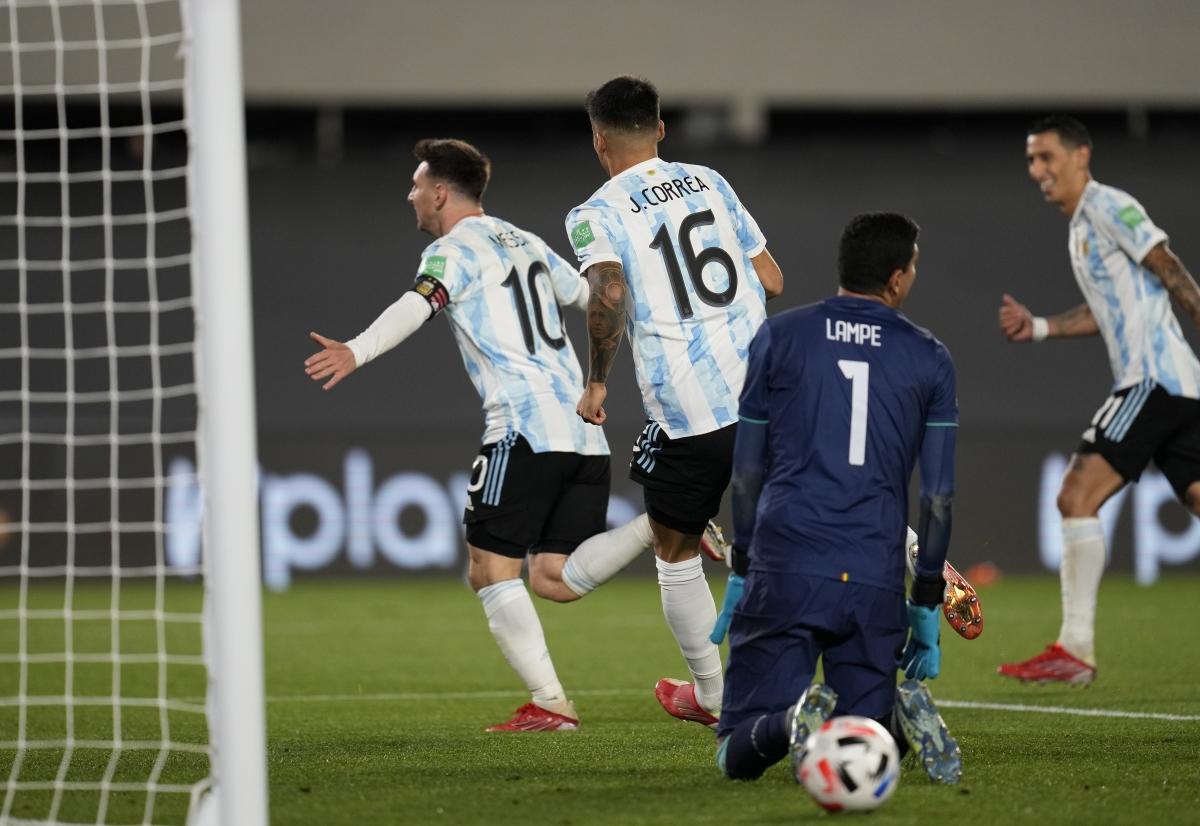 Messi bật khóc khi phá kỷ lục ghi bàn của huyền thoại Pele - Ảnh 3.