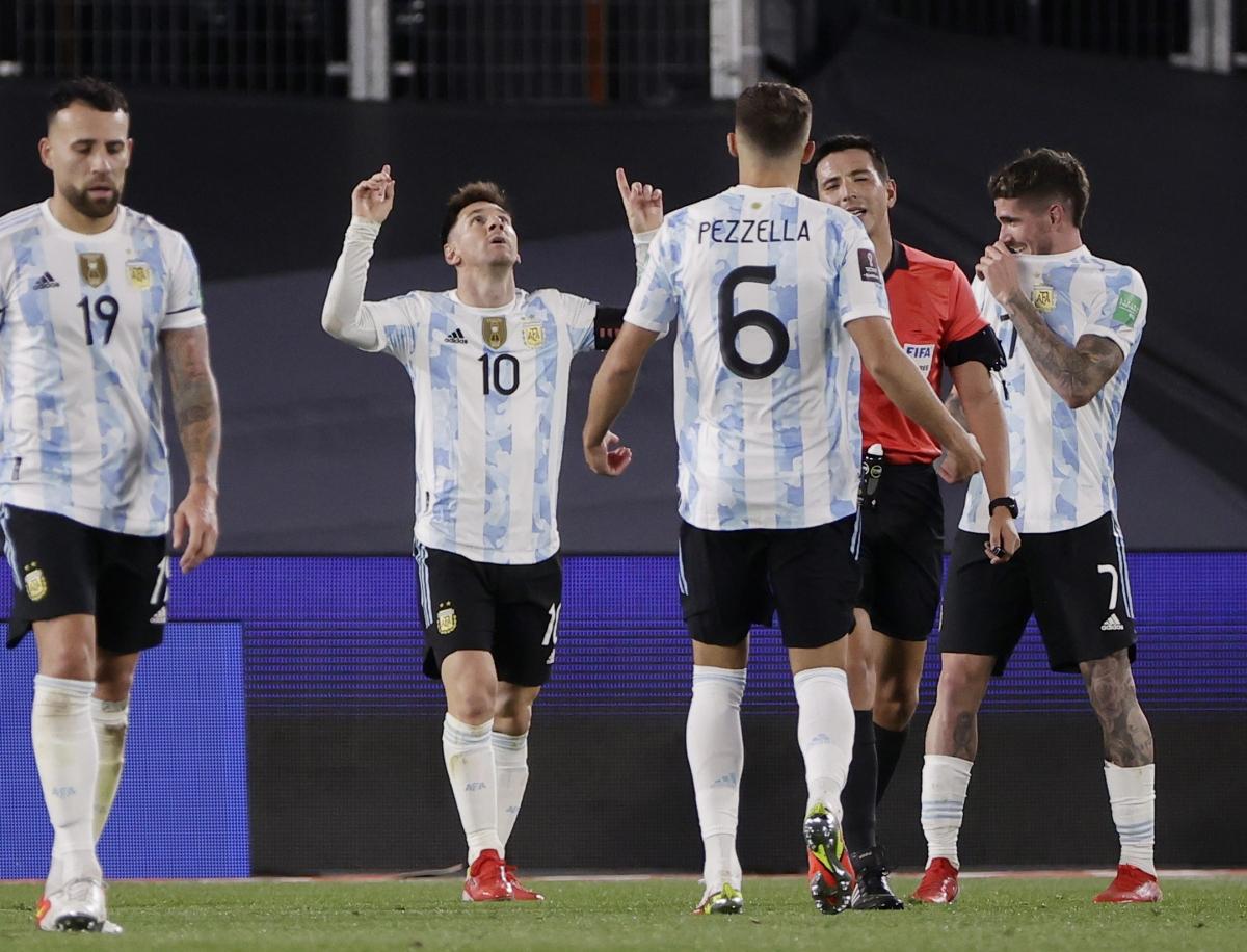 Messi bật khóc khi phá kỷ lục ghi bàn của huyền thoại Pele - Ảnh 4.