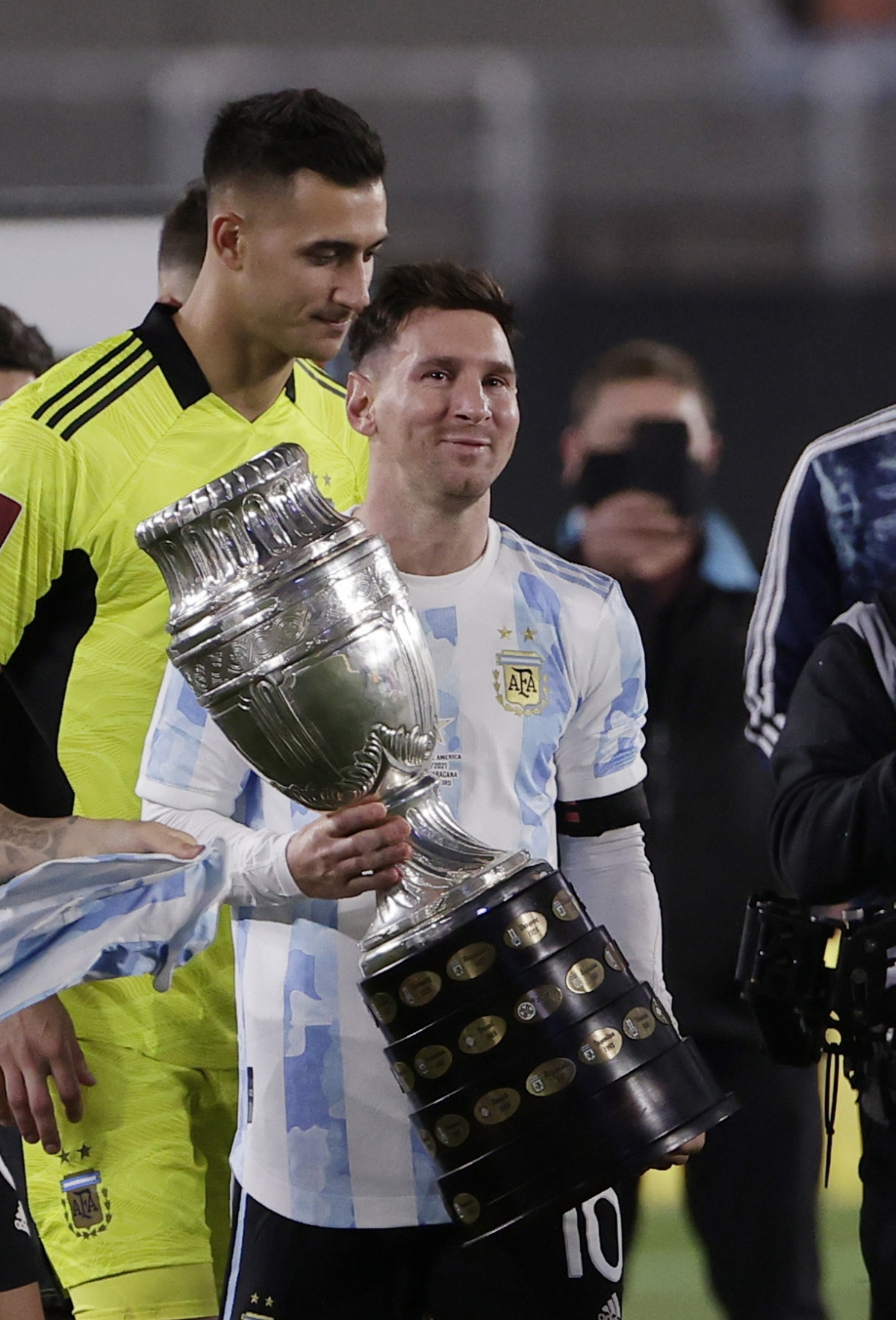 Messi bật khóc khi phá kỷ lục ghi bàn của huyền thoại Pele - Ảnh 6.