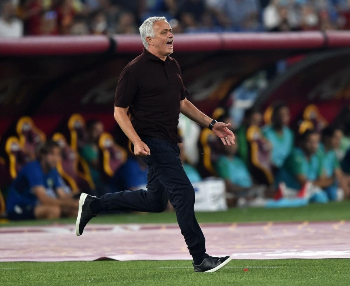 KhiEl Shaarawy ghi bàn quyết định chiến thắng 2-1 cho AS Roma ở đúng phút bù giờ đầu tiên, HLV Mourinho đã chạy dọc biên ăn mừng đầy cuồng nhiệt.