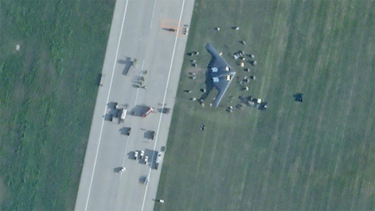 Hình ảnh cho thấy chiếc B-2 Spirit đã chệch hẳn đường băng. Ảnh: The Drive