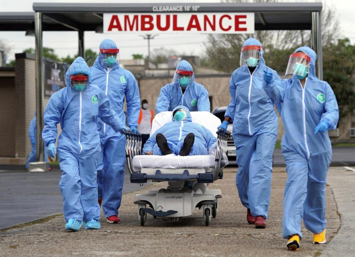 Các nhân viên y tế Mỹ đưa bệnh nhân mắc Covid-19 đến bệnh viện điều trị tạiHouston. Ảnh: AP.