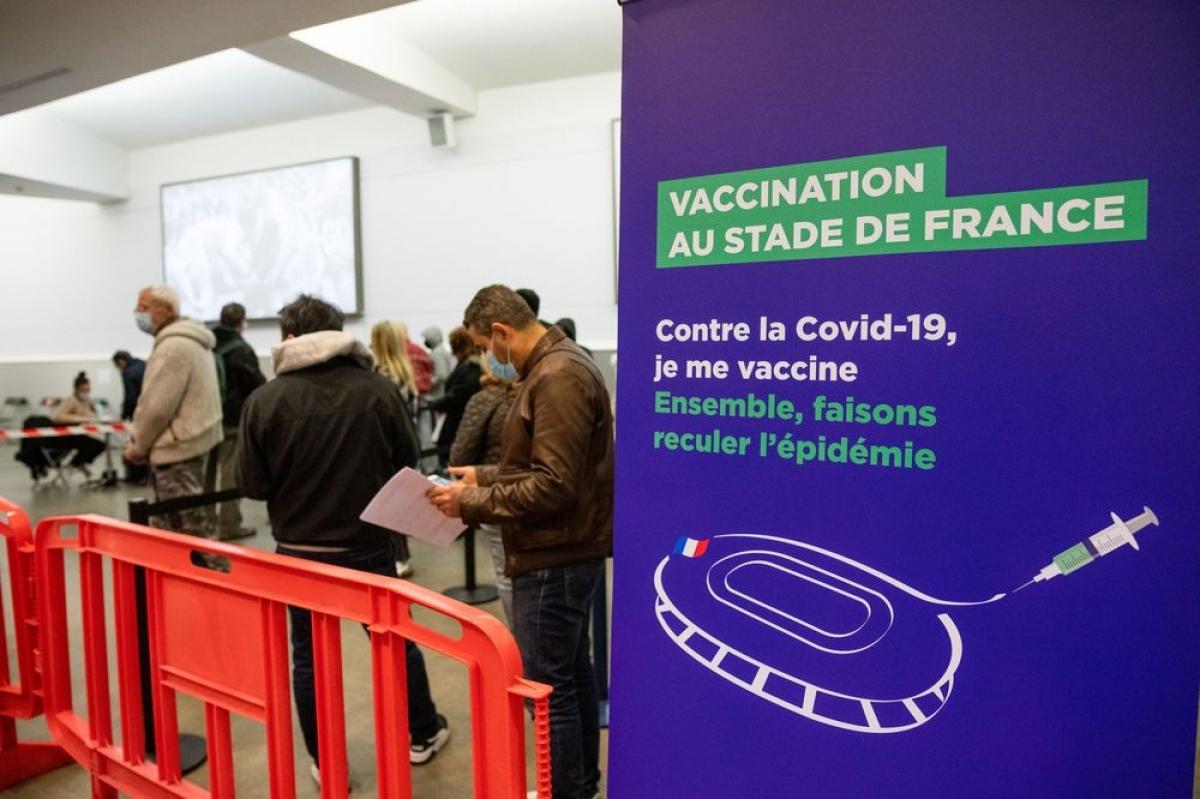 Điểm tiêm chủng vaccine COVID-19 tại Pháp. (Ảnh: Bloomberg)