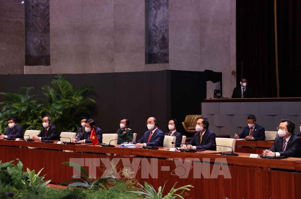 Chủ tịch nước Nguyễn Xuân Phúc và Bí thứ nhất Ban Chấp hành Trung ương Đảng Cộng sản Cuba, Chủ tịch nước Cộng hoà Cuba Miguel Díaz-Canel dẫn đầu đoàn đại biểu cấp cao hai nước tiến hành hội đàm.