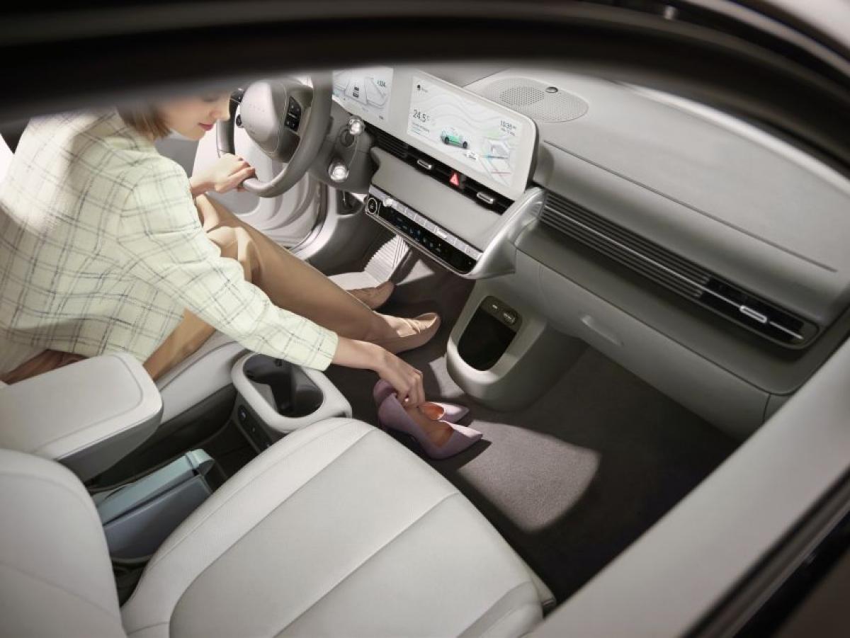 Xe được trang bị hệ thống thông tin giải trí với màn hình cảm ứng 12,3 inch tích hợp Apple CarPlay và Android Auto, hệ thống âm thanh 8 loa của Bose, cụm đồng hồ kỹ thuật số 12,3 inch, cửa sổ trời toàn cảnh với tấm chắn nắng chỉnh điện và điều hòa khí hậu 2 vùng tự động.
