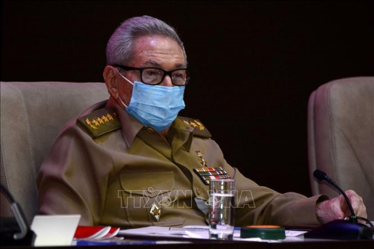 """Trưa 20/9, <a href=""""https://vov.vn/chinh-tri/chu-tich-nuoc-nguyen-xuan-phuc-gap-dai-tuong-raul-castro-ruz-892248.vov"""">Chủ tịch nước Nguyễn Xuân Phúc đã có cuộc gặp đầy xúc động với Đại tướng Raul Castro Ruz</a> - nguyên Bí thư thứ nhất Ban Chấp hành Trung ương Đảng Cộng sản Cuba. Chủ tịch nước Nguyễn Xuân Phúc đã chuyển lời chào thân thiết và lời chúc sức khỏe của Tổng Bí thư Nguyễn Phú Trọng, Lãnh đạo Đảng, Nhà nước và nhân dân Việt Nam gửi tới đồng chí Đại tướng. Đại tướng Raul Castro Ruz cho biết, ông luôn dõi theo và vui mừng trước những bước phát triển của đất nước Việt Nam anh em. Ảnh: TTXVN"""