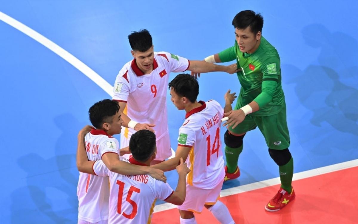 Với 3 điểm giành được trước Panama, Việt Nam đang nằm trong 4 đội hạng ba có thành tích tốt nhất. Cập nhật bảng xếp hạng Futsal World Cup 2021 tính đến 14h ngày 17/9 như sau: