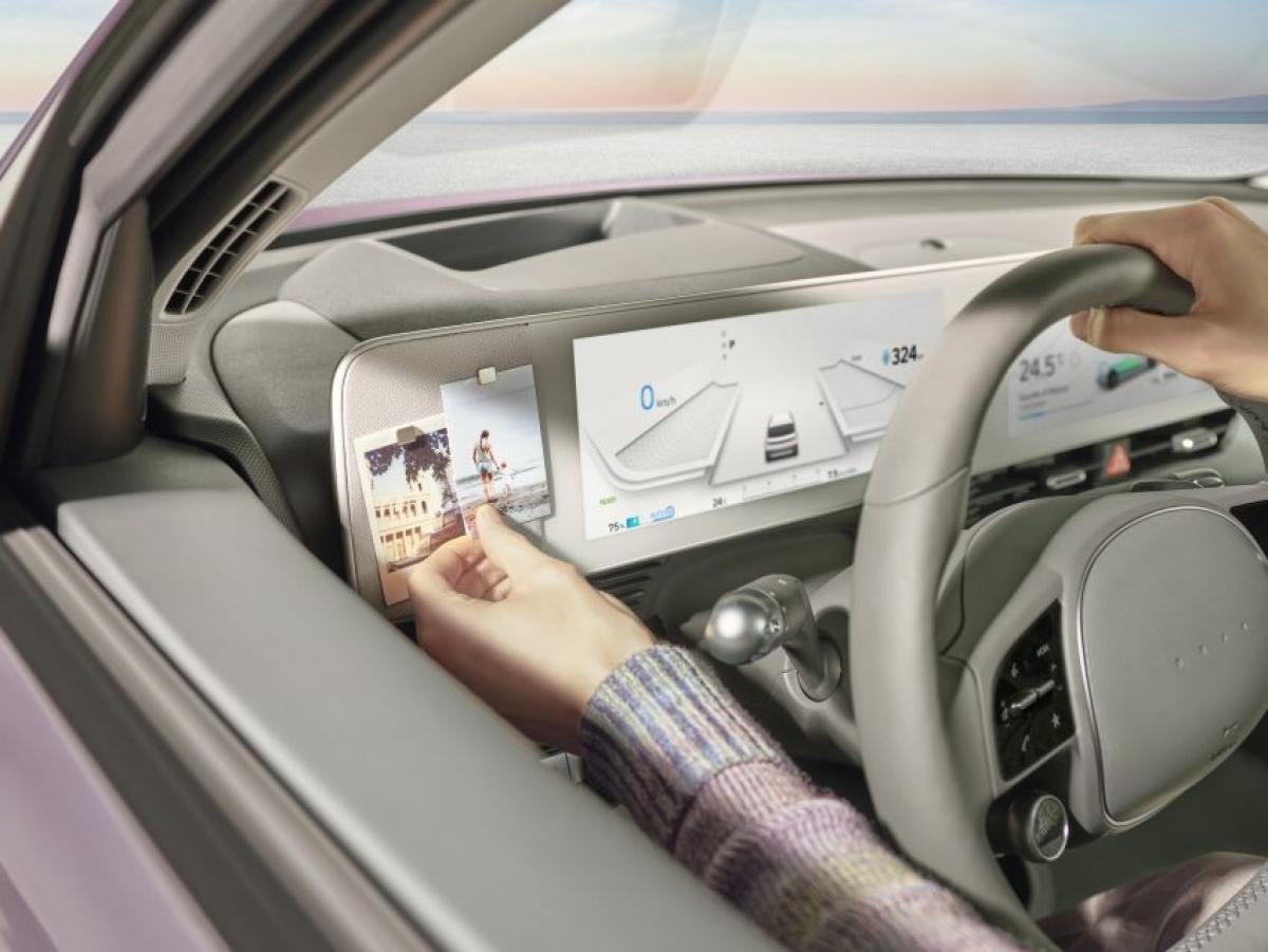 Ioniq 5 là chiếc Hyundai đầu tiên được trang bị Hỗ trợ lái cao tốc 2, giúp xe thiết lập khoảng cách với xe phía trước và giữ đúng làn đường, xe cũng hỗ trợ đổi làn. Hơn nữa, tính năng phanh khẩn cấp tự động có thể phát hiện xe đạp, người đi bộ và các phương tiện sắp tiếp cận. Tính năng nhận diện biển báo, hỗ trợ chùm sáng cao và cảnh báo tập trung cũng được trang bị.